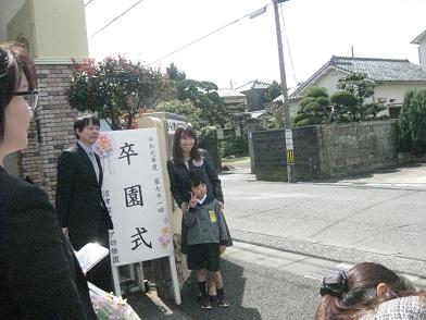 正門の前で親子で写真撮影