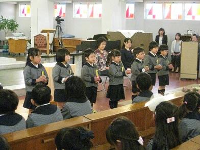 聖マリア幼稚園のあかりを年中さんに伝える儀式