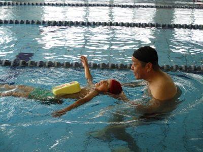 早くも、背泳ぎの練習かな?