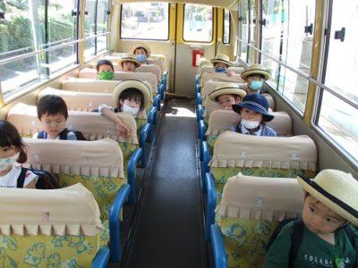 バスの中ではおしゃべりををしない約束です。