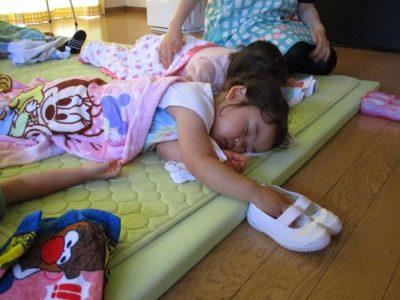 ママの代わりにうわばきをしっかり持って寝るいちごさん。