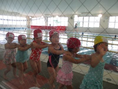 グループに分かれて、プールを移動