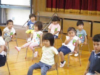 満3歳のいちご組のお友だちも、1人ひとり椅子に座って。