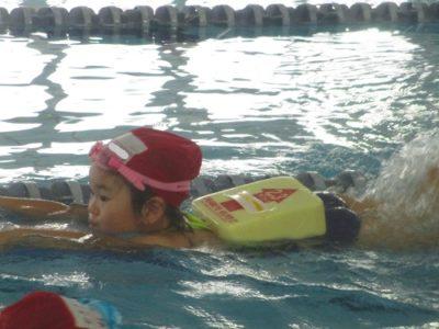 ビート板をもって泳ぐ年中さん。