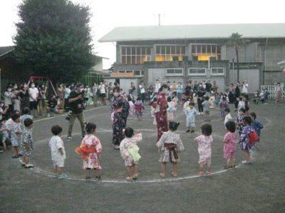 「こども北海盆唄」を踊るいちご組。先生をよく見て踊ってね。