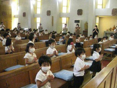 全園児、聖堂い入って2学期の始業式の始まり