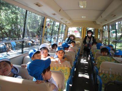 みんなで園バスに乗って千本浜に到着