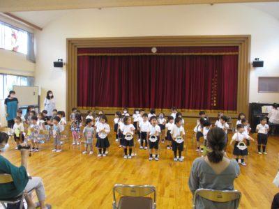 歌は、いちご組と一緒に「コンコンクシュン」。ひよこ組だけで「公園へ行こう!」を歌いました。