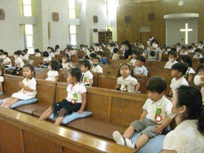 満3才いちご組も、初めて聖堂に入りました。