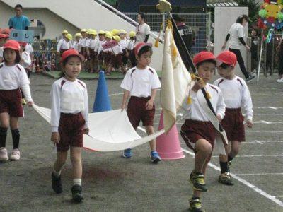 園の旗と、国旗を持って入場行進