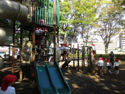 大岡公園で遊ぶ年長さん。