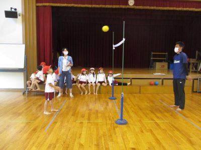 先生の投げたボールをキャッチできるかな?