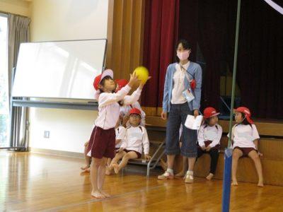 投げる先生も、こどもの胸元に上手に投げるのはむすかしそうでした。