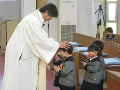 年少組は、2人ずつ前に出て、祝福を受けました。