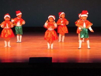 「クリスマスパパパ」をステキに踊る年少組