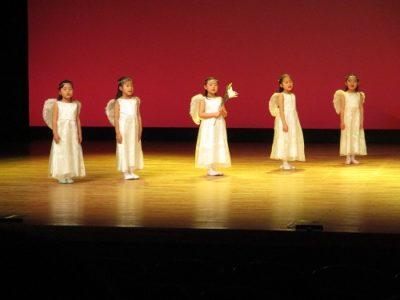年長による聖劇。「アヴェマリア」を歌う天使達