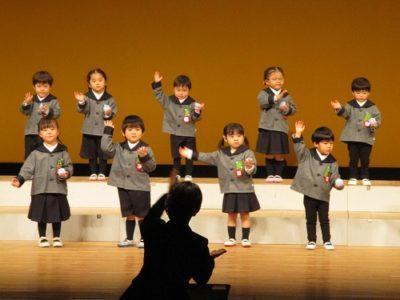 満3才いちご組によるカスタネット合奏「赤鼻のトナカイ」