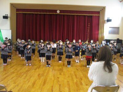 聖歌「あめのきさき」を歌う、年中年長の子ども達。