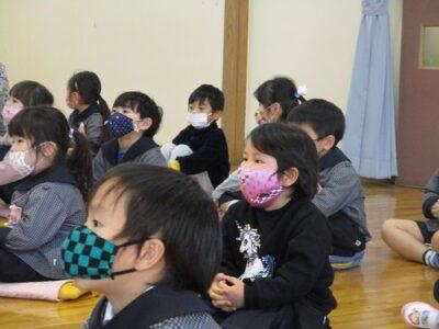 紙芝居に集中する子ども達