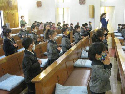 1月の聖歌「あめのきさき」を歌う子ども達