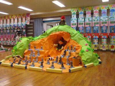 年少は、日本の絵本から「おむすびころりん」の世界を表現しました。
