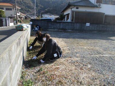 駐車場の草取りもコツコツと一生懸命頑張りました。