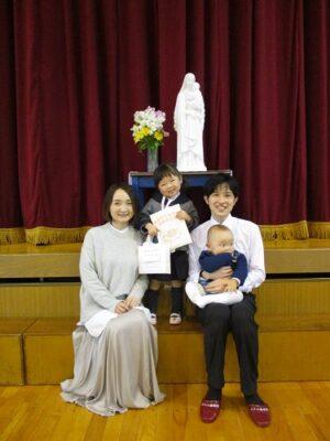家族一緒の記念写真。嬉しそうな年少さん。