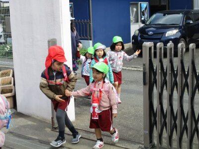 やっと幼稚園に到着。「よくがんばったね」「お姉ちゃんありがとう」