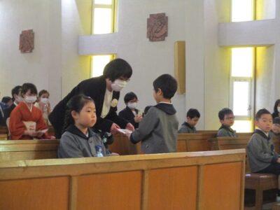 「ママのこと、全部大好きだよ。」お礼のことばと共に、証書を預ける卒園児