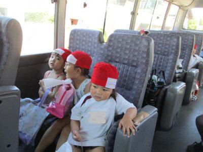 お迎えのバスに乗って、さぁスイミングに出発!たのしみだね。
