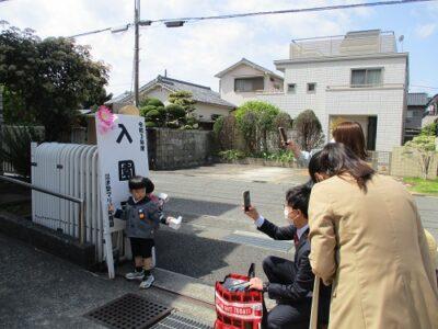 入園おめでとう!門の前で写真をパチリ!