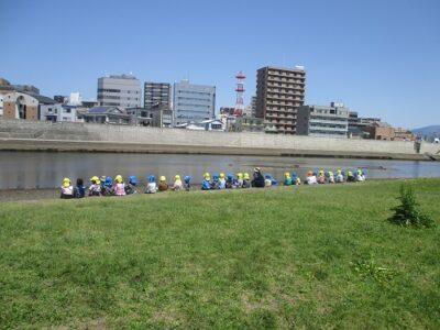 川を見ながら、みんなでお煎餅をいただきました。