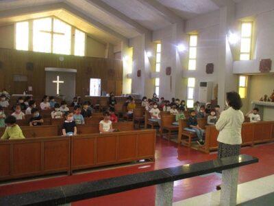 はじめに聖堂に入って、園長先生から聖書のお話を聞きました。