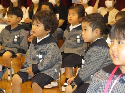 集中して、先生の出し物を見るひよこ組の子ども達