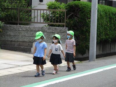 年中年長は園の外を、車に注意しながら歩く練習をしました。