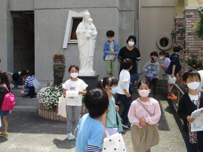 正門前で、お母様のお迎えを待つ小学生たち
