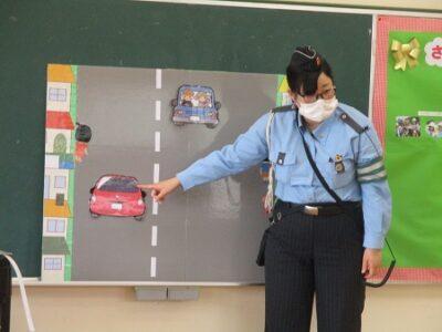 パネルを使ってルールの説明をする交通安全指導員さん。
