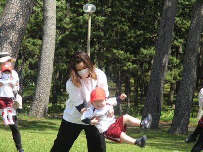 親子体操「おとな公園」をママといっしょにやって、ごきげんのいちご組のおともだち