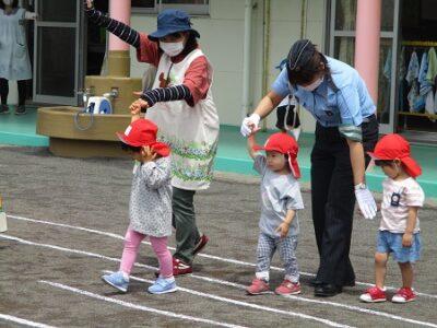 いちご組は3人ずつ、横断歩道を渡る練習。