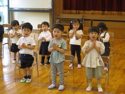 聖歌「マリア様のこころ」を歌ういちご組のお友だち15名