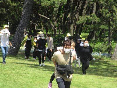 負けたチームの罰ゲームは、子どもをおんぶして走ること。フ~(~_~;)