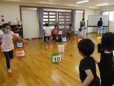 グループ対抗「ボール入れ競争」