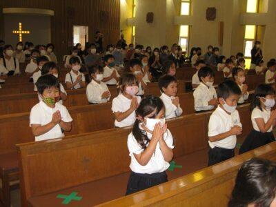 聖堂に入り、今月の聖歌「水のこころ」を歌う園児達