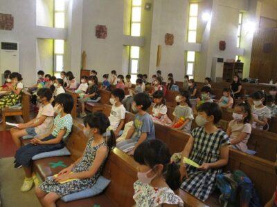 1年生~5年生まで、51名の卒園生が集まり、聖堂で神様のお話を聴きました。ました。