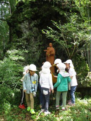 ここにも、イエス様を抱いたマリア様の像と宝箱が。
