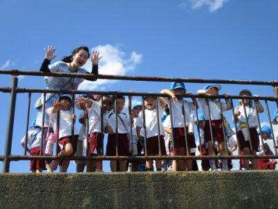 年少さん達は、砂浜に降りないで、上から手を振ったり、遠くを眺めたり。