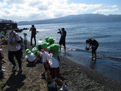 海の中に入って撮影する、ビデオや写真のスタッフのみなさん。
